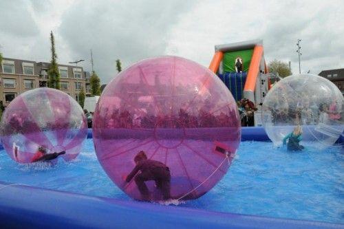 Waterballen, zorbballen of andere waterattracties huren?